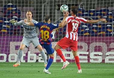 Jordi Alba y Diego Costa disputan la pelota durante el partido entre el Barcelona y Atlético Madrid. Foto: internet