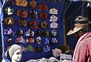 Una mujer vende barbijos en un mercado de La Paz-Foto: AFP