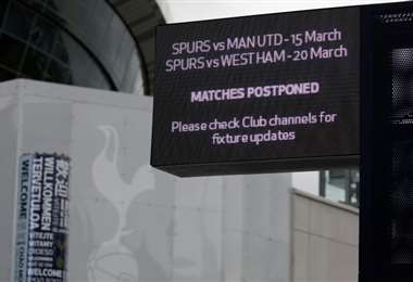 Foto de archivo tomada el 15 de marzo de 2020, muestra un letrero que anuncia el aplazamiento de los juegos de Tottenham contra Manchester United y West Ham, fuera del estadio Tottenham Hotspur, en Londres, en medio de la pandemia de coronavirus. Foto: AFP