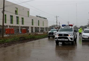 Policías y militares llegaron cerca de las 7:00 al hospital de Montero. Foto. Zona Norte