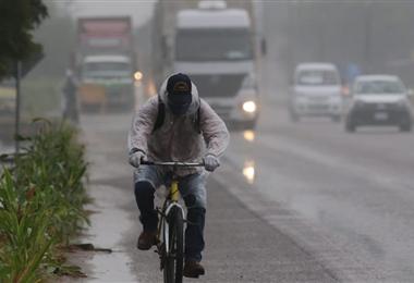 La baja temperatura permanecerá durante todo el día en Santa Cruz. Foto. Jorge Gutiérrez