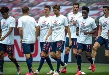 Los integrantes del plantel del Bayern de Múnich, con las camisetas que llevaron a cabo el calentamiento. Foto: Internet