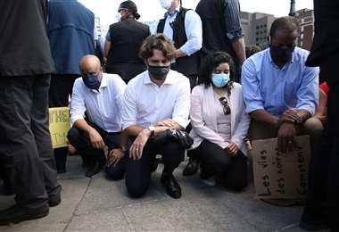 Justin Trudeau (2do desde la izq.), durante la manifestación. Foto AFP