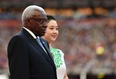 Lamine Diack preside la entrega de medallas de la prueba de maratón del Mundial de Atletismo 2015, el 22 de agosto de ese año en Pekín. Foto: AFP