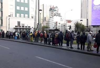 Largas filas esperando transporte público I APG Noticias.