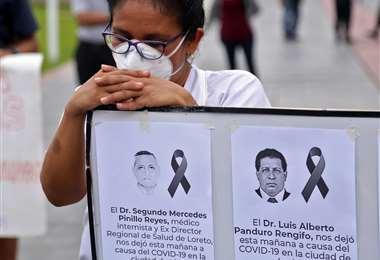 Una protesta de personal médico peruano por los muertos del sector por la pandemia. Foto AFP