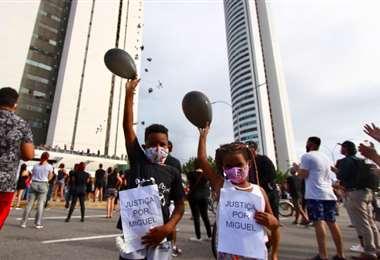 La protesta llegó hasta el edificio donde ocurrió el hecho. Foto Diario de Pernambuco