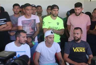 Jugadores de Real Santa Cruz que reclaman el pago de salarios atrasados a la diigencia del club albo. Foto: El Deber