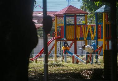 Muchos niños salieron a los parques este sábado en Santa Cruz. Foto. Jorge Uechi