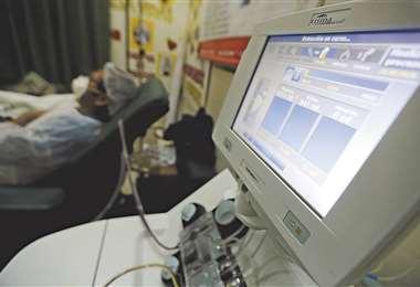 El proceso de donación de plasma es el mismo que se realiza en el de sangre, solo que el elemento pasa por una máquina de aféresis que hace la separación del líquido. Foto: Fuad Landívar