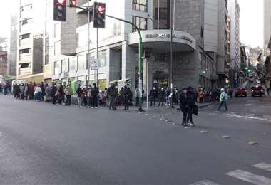 Personas esperando transporte público I APG Noticias.