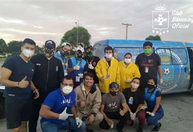 Parte del equipo de hinchas de Blooming que trabajan en la campaña solidaria de distribución de alimentos. Foto: Club Blooming