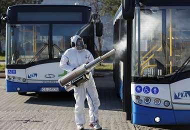 Fumigación de buses contra la pandemia en Polonia. Foto Internet
