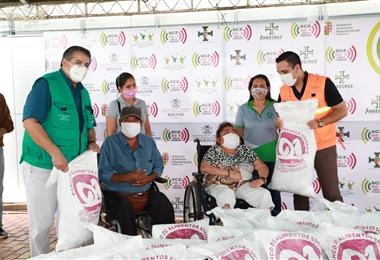 Personas con capacidades diferentes recibieron alimentos. Foto. Gobernación de Santa Cruz