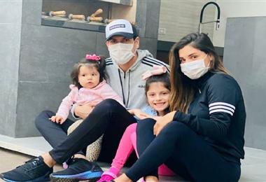 Carlos Lampe junto a su familia luego de superar el Covid-19
