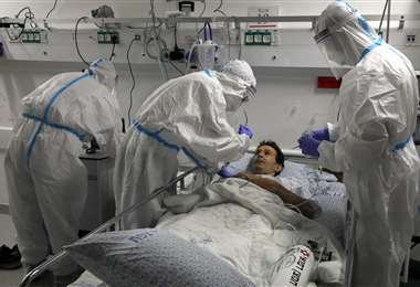 Simulación de un tratamiento a un paciente con Covid-19 en el Centro Médico Ziv, en la ciudad de Safed. Foto AFP