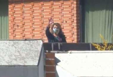 La Presidenta saluda desde el balcón de la Residencia Presidencial.