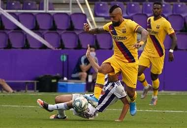Arturo Vidal se lleva el balón. El volante chileno hizo el gol este sábado del Barcelona, que superó a Valladolid por la liga española. Foto: AFP