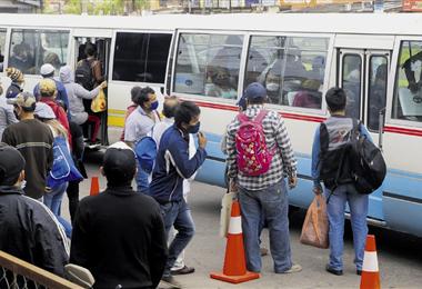 Los centros de abastecimiento ocasionaron los mayores problemas de aglomeración de personas, junto con el transporte público, aumentan el riesgo de contagio del Covid-19. Foto. Fuad Landívar