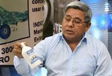 El alcalde de Yapacaní con el producto. Foto Soledad Prado