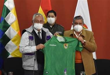 César Salinas tras la reunión con el Ministro de Educación, Culturas y Deportes, Víctor Hugo Cárdenas. Foto: Prensa FBF