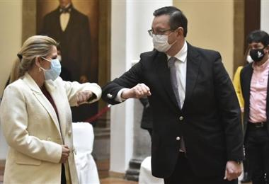 La presidenta Jeanine Áñez se saludan con el ministro Óscar Ortiz en palacio de Gobierno. Foto. Internet
