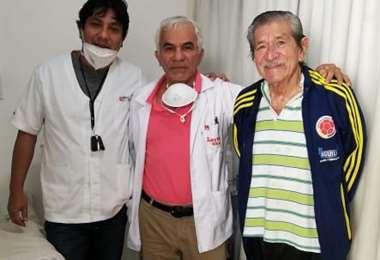 Gilberto 'Manacha' Cabrera (der) posa con Roberto Ferreira y su hijo Denis. Foto: EL DEBER