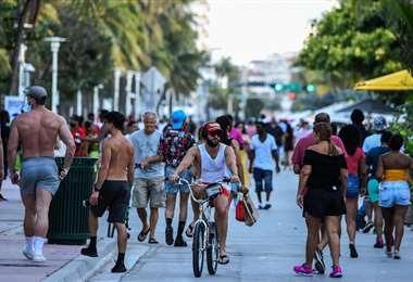 Personas circulando por Miami Beach. Foto AFP