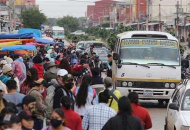 Ante las pocas unidades de micro en las calles, las personas se aglomeran esperando poder subir a alguno de ellos. Foto: Jorge Gutiérrez