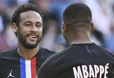 Neymar celebra con Mbappé uno de sus goles. Foto: AFP