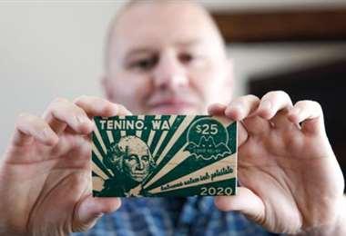 La moneda impresa en madera. Foto AFP