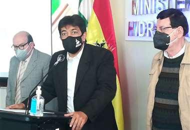 Autoridades del Ministerio de Hidrocaburos daban a conocer presuntos depósitos a cuentas particulares.