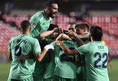 Los jugadores del Real Madrid acarician el título. Foto: AFP