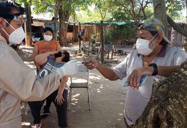 El médico del club celeste, Wilson Catorceno, explicando el tratamiento. Foto: Club Blooming
