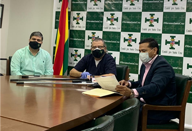 El presidente del Comité pro Santa Cruz, Rómulo Calvo (centro), anunció la demanda este miércoles. Foto. Comité pro Santa Cruz