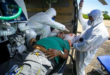 Un paciente positivo a Covid-19 de 77 años es trasladado en helicóptero desde Monte Alegre a Santarem en el estado brasileño de Pará. Foto AFP