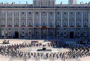 Homenaje a las víctimas del coronavirus y a los trabajadores en salud en el Palacio Real de Madrid. Foto AFP