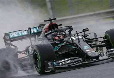 Hamilton en plena acción bajo la lluvia. Foto: AFP