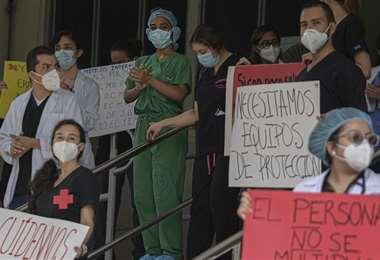 Personal de salud pide mejores condiciones de bioseguridad en un hospital de la Ciudad de Panamá. Foto AFP