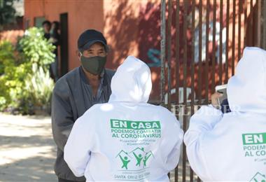 Las brigadas médicas visitan casa por casa a los vecinos en busca de personas sospechosas de Covid-19. Foto. Ricardo Montero