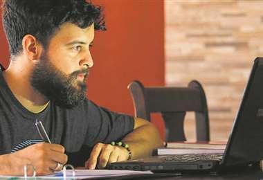 Los alumnos aprovechan al máximo las clases por plataformas virtuales a las que pueden ac-ceder por diferentes medios como una computadora, laptop, tableta o celular. Foto: Jorge Gutiérrez