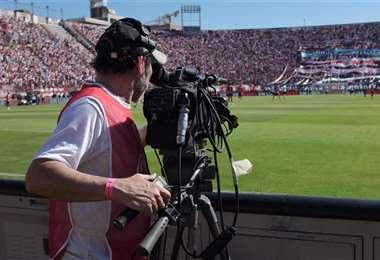 El nuevo contrato por los derechos de televisión del fútbol profesional es el tema de discusión entre los clubes y la FBF. Foto: internet