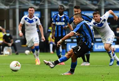 Alexis Sánchez marcó este miércoles de penal. Aportó al triunfo del Inter que está tercero en la tabla de posiciones del torneo italiano. Foto: AFP