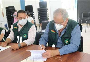Autoridades de Senasag firman el acuerdo de control de semillas.
