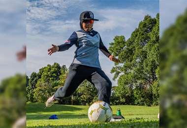 Hazreena Aida le da una patada al balón, en el campo de 'futgolf'. Foto: AFP