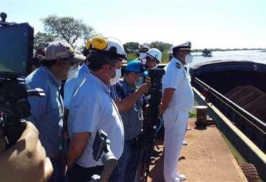 El acto a la salida de las barcazas con el hierro. Foto Lorenzo Yopiez