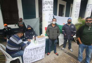 Un grupo de personas continúa realizando una huelga de hambre reclamando la devolución de sus aportes jubilatorios (Foto: Jorge Gutiérrez)