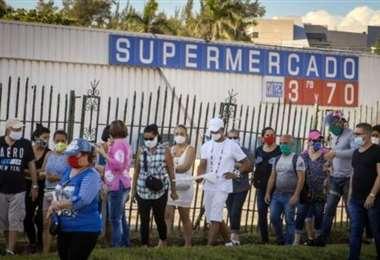 Personas hace cola para comprar productos con dólares en un supermercado en La Habana. Foto AFP