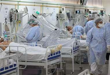 Una hacinada sala de hospital en San Pablo. Foto AFP