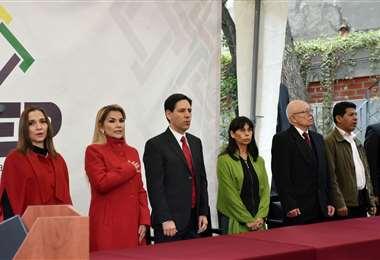 Los vocales Vargas y Atahuachi son los últimos de la derecha. Foto: ABI